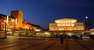 Augustusplatz bei Nacht, links Koch-Hochhaus mit Blick auf Opernhaus