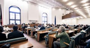 Blick von hinten in den Sitzungssaal der Leipziger Ratsversammlung während einer Sitzung