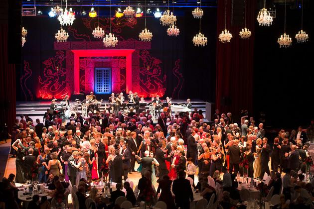 """Blick auf die Tanzpaare des Leipziger Opernballs 2012 unter dem Motto """"Nanjing nessun dorma"""""""