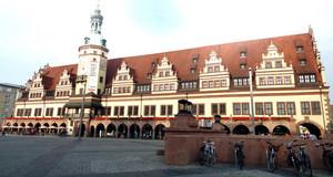 Blick über den Markt auf die Vorderseite des Alten Rathauses mit Turm