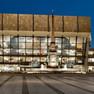 Beleuchtetes Gewandhaus zu Leipzig. Außenansicht zur blauen Stunde.
