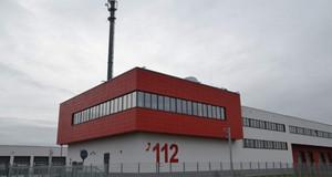 Markant thront auf den Technikräumen der rot angestrichene, überstehende Leitstellenraum mit seinem umlaufenden Fensterband.