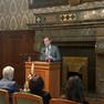 Der Oberbürgermeister präsentiert hinter dem Rednerpult den Kunstgegenstand des Louise-Otto-Peters-Preises 2019.