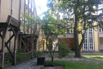 Bild wird vergrößert: Blick in einen Hinterhof, der Teil des künftigen Gymnasiums in der Karl-Heine-Straße ist