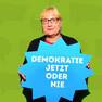 """Eine Frau hat sich mit dem Statement """"Demokratie jetzt oder nie"""", welches auf einer blauen Sprechblase steht, fotografieren lassen."""