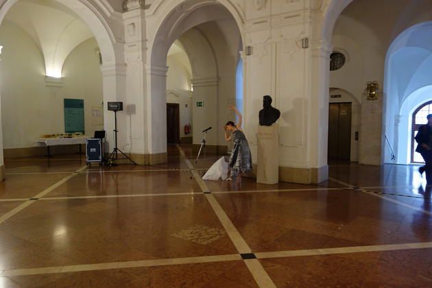 Tänzerin Franscesca Stampone in der Oberen Wandelhalle des Neuen Rathauses bei einem Tanz