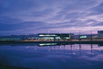 Bild wird vergrößert: BMW Werk Zentralgebäude in Abenddämmerung