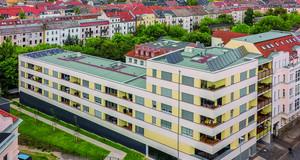 Geschosswohnungsbau in der Riedelstraße mit vielen Häusern dahinter
