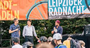 Fahrradfahrer schauen auf Bühne im Clara Zetkin Park zur Eröffnung des Leipziger Stadtradelns 2019