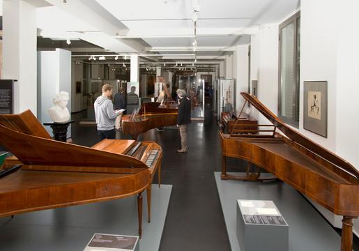verschiedene alte Klavier in einer Ausstellung im Grassi Museum für Musikinstrumente
