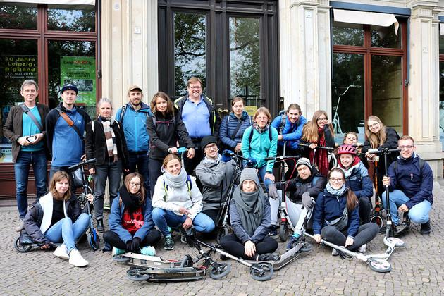 Junge Menschen stehen für ein Gruppenfoto zusammen