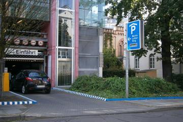 Bild wird vergrößert: Einfahrt zum Parkhaus Martin-Luther-Ring