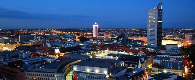 Luftbild der Leipziger Innenstadt mit City-Hochhaus zur blauen Stunde