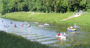Kinder beim Kanutraining auf einem Fluß