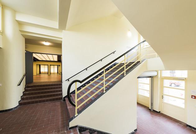 Ein Treppenhaus mit braunem Fliesenboden