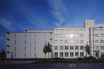 Bild wird vergrößert: Außenansicht des Sächsisches Staatsarchiv, Staatsarchiv Leipzig, blauer Himmel, Sonnenschein