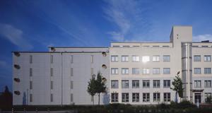 Außenansicht des Sächsisches Staatsarchiv, Staatsarchiv Leipzig, blauer Himmel, Sonnenschein