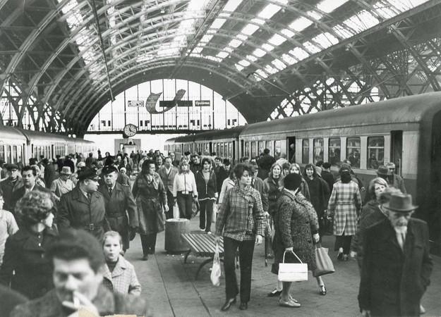 Reisende an einem Bahnsteig des Leipziger Hauptbahnhofes 1972.