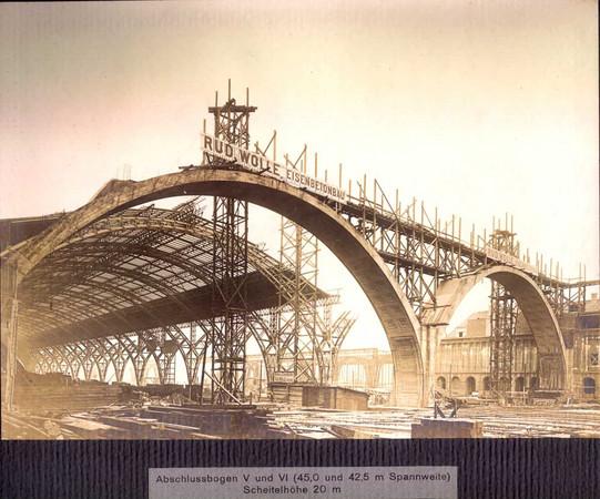 Die Abbildung in schwarz-weiß zeigt den Bau der Querbahnsteighalle des Leipziger Hauptbahnhofes vor 1915.