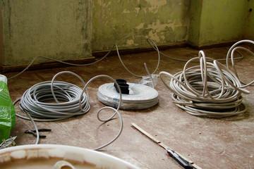 Bild wird vergrößert: Baumaterial auf einem Fußboden