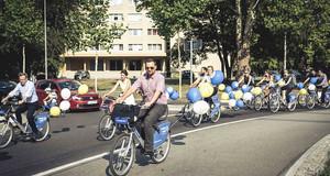 Viele Menachen auf Leihfarrädern im Kreisverkehr