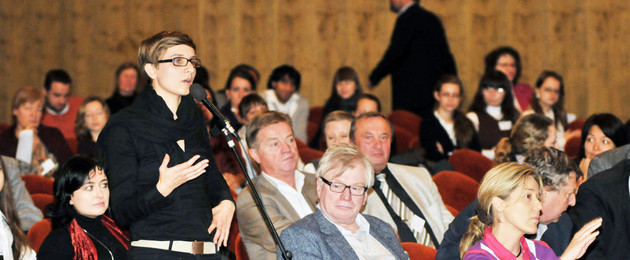 Dis­ku­tantin bei der 1. Internationalen Demokratiekonferenz in Leipzig 2009