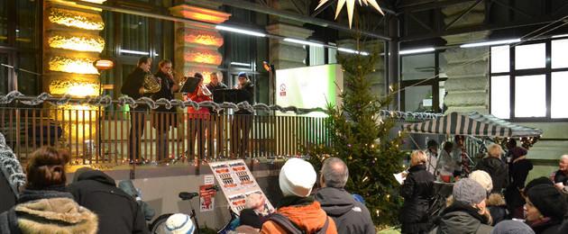Junge Musikanten spielen in Adventsstimmung vor Publikum