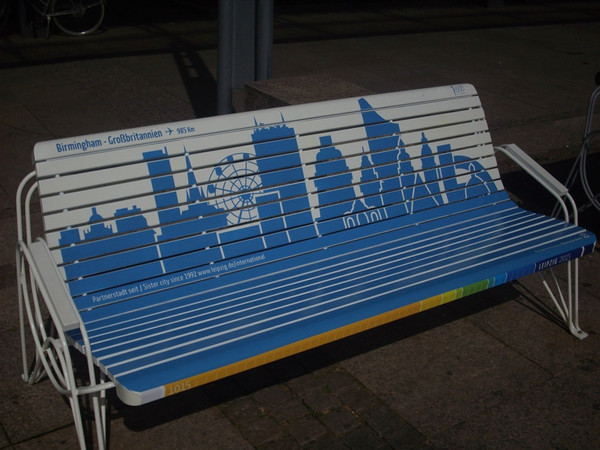 Sitzbank mit der aufgedruckten Silhouette der Partnerstadt Birmingham auf dem Leipziger Augustusplatz