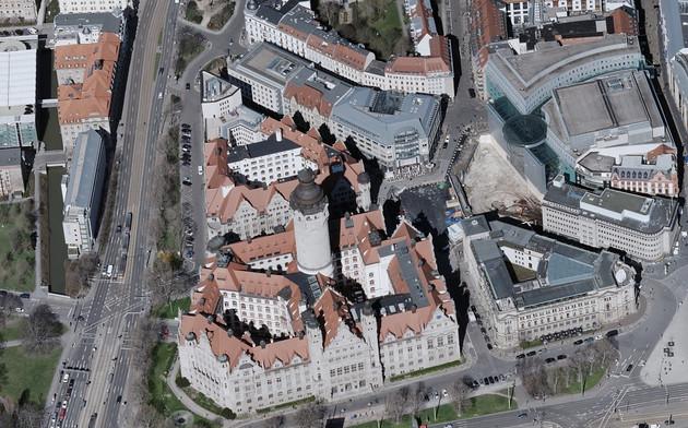 Schrägluftbild mit Blick von Süden nach Norden auf das Neue Rathaus in Leipzig.