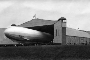 """Bild wird vergrößert: Foto aus dem Jahr 1913 zeigt das Luftschiff """"Sachsen"""" bei der Ausfahrt aus der Luftschiffhalle in Leipzig-Mockau"""