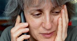Eine Seniorin am Telefon