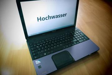 """Bild wird vergrößert: Laptop mit Bildschirm """"Hochwasser"""" aus der Vogelperspektive"""