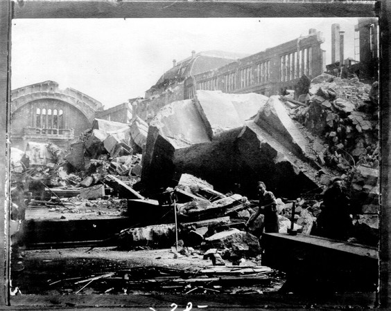 Die Abbildung zeigt einen Teil des Leipziger Hauptbahnhof in Trümmern. Im Vordergrund ist ein Arbeiter zu sehen.