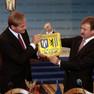 Leipzigs Oberbürgermeister Jung und Kiews Bürgermeister Popov halten ein Wimpel mit den Wappen Kiews und Leipzigs gemeinsam in den Händen