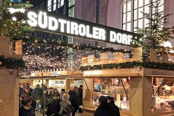 Bild wird vergrößert: Das Südtiroler Dorf auf dem Augustusplatz - während des Leipziger Weihnachtsmarktes