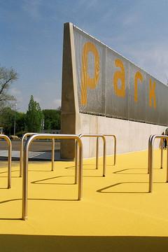 Bild wird vergrößert: Fahrradbügel am Sport- und Spielfeld im Park 5.1