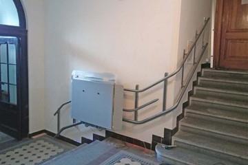 Bild wird vergrößert: In einem Treppenhaus ist zwischen zwei Etagen ein Treppen-Lift montiert.