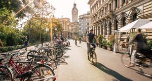Schillerstraße in Leipzig mit Radfahrern und abgestellten Rädern am Straßenrand