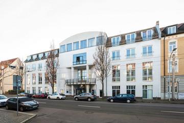 """Bild wird vergrößert: Gebäude """"Große Eiche"""" an einer Straße"""