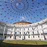 industriekultureller Rundbau mit offenem Kuppeldach, Blick in den blauen Himmel