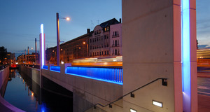Blick auf die beleuchtete Angermühlbrücke