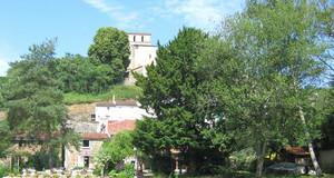 Landschaft im Sommer in Frankreich, am Fluss mit Blick auf begrüntes Ufer, Steinhäuser zum Hügel