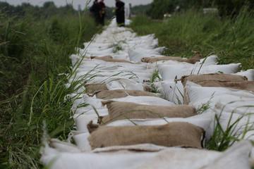 Bild wird vergrößert: Nahaufnahme von Sandsäcken, die zum Hochwasserschutz gelegt wurden