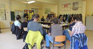 Menschen in einer Arbeitsgruppe sitzen im Kreis