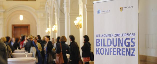 """Ein Banner mir dem Schriftzug """"Bildungskonferenz"""" inmitten eines Saals im neuen Rathaus"""