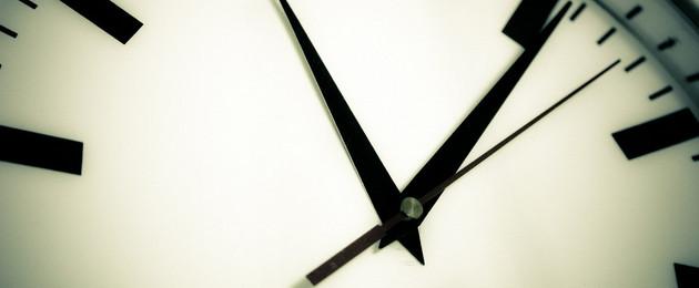 Teil einer Uhr mit Stunden-, Minuten- und Sekundenzeiger