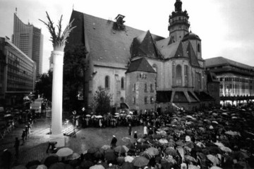 Bild wird vergrößert: Enthüllung der Nikolaisäule in Erinnerung an die von den Friedensgebeten in der Nikolaikirche ausgehenden Montagsdemonstrationen zum zehnten Jahrestag 1999.