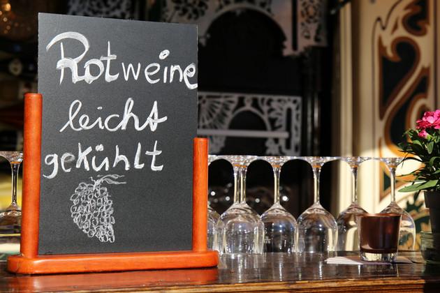 """Leipziger Weinfest - Details an einem Stand mit Tafel """"Rotweine leicht gekühlt"""""""