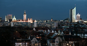 Skyline von Leipzig, Blick vom Fockeberg in Richtung Norden/Innenstadt zur blauen Stunde.