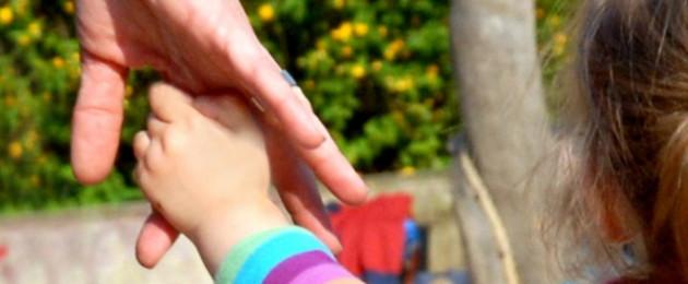 Kindhand greif Hand eines Erwachsenen
